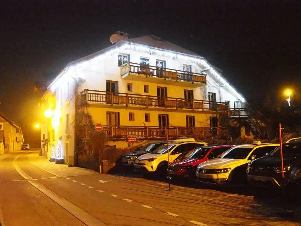 Le Verger la nuit depuis la rue du centre